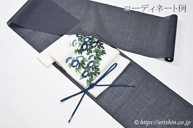 能登上布(細縞・青味の黒色)と夏染名古屋帯(朝顔)とのコーディネート例
