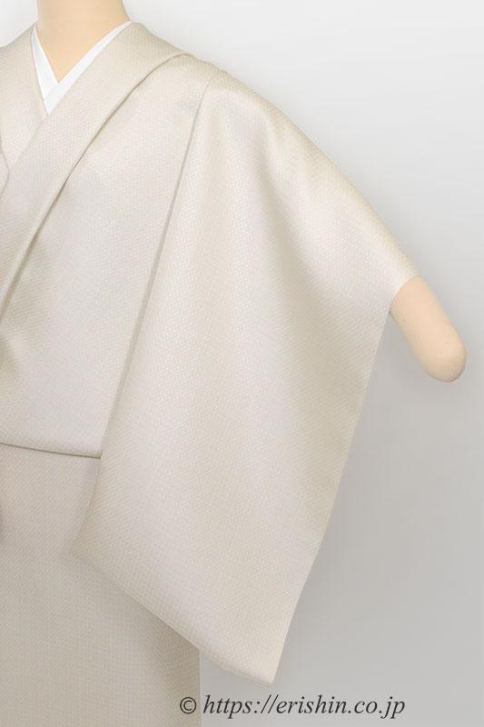 下井紬(無地/灰白色)下井伸彦・作・反物状態でトルソーに着付けした画像。